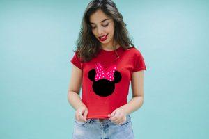 mujer feliz con su camiseta personalizada